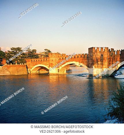 Italy, Veneto, Verona. Castelvecchio (castel), the fortified Scaliger Bridge (Italian: Ponte Scaligero), also known as Castelvecchio Bridge (Italian: Ponte di...