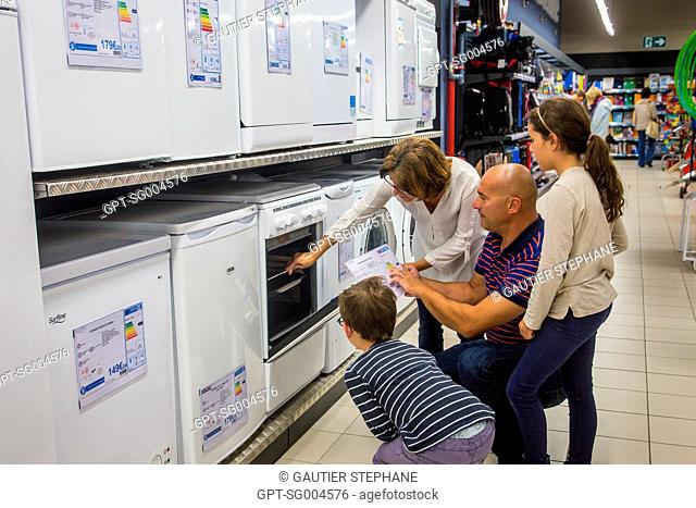 FAMILY BUYING AN OVEN AT A SUPERMARKET, BRETIGNOLLES SUR MER, (85) VENDEE, LOIRE REGION, FRANCE
