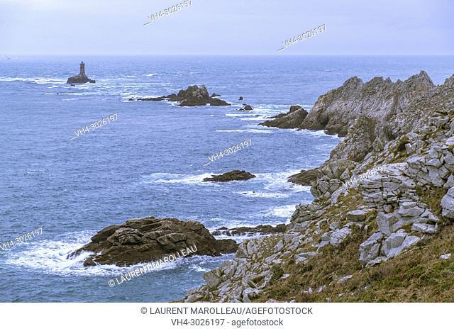 """The """"""""La Vieille"""""""" Lighthouse in Raz de Sein, Pointe du Raz, Labelled the Grands Sites of France, Plogoff, Finistère Depatment, Brittany Region, France, Europe"""