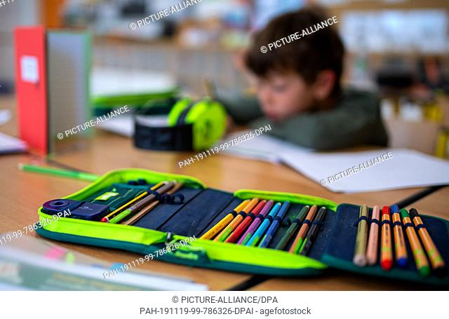 24 September 2019, Bavaria, Munich: A boy of a 2nd class is working on a worksheet in the classroom of the primary school St. Konrad