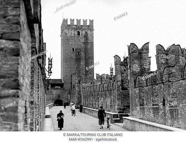 italia, veneto, verona, un ponte di castelvecchio, 1930-40 // italy, veneto, verona, a bridge of castelvecchio, 1930-40