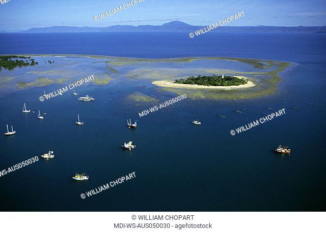 Flight over the islands and sandbanks close to Port Douglas