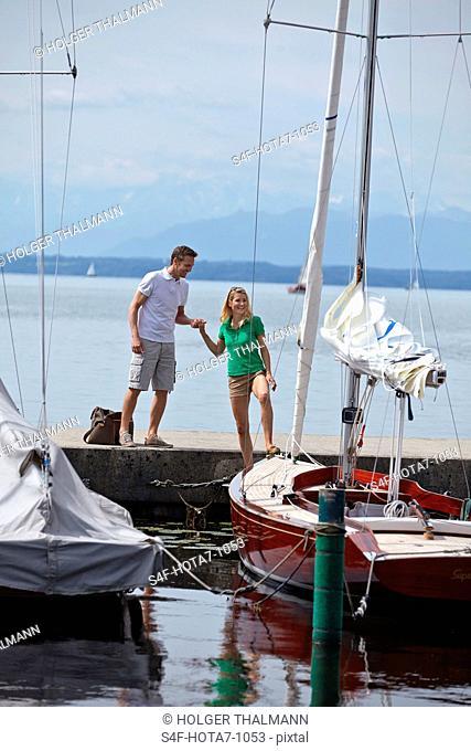 Deutschland, Bayern, Starnberger See, Paar an einem Segelboot