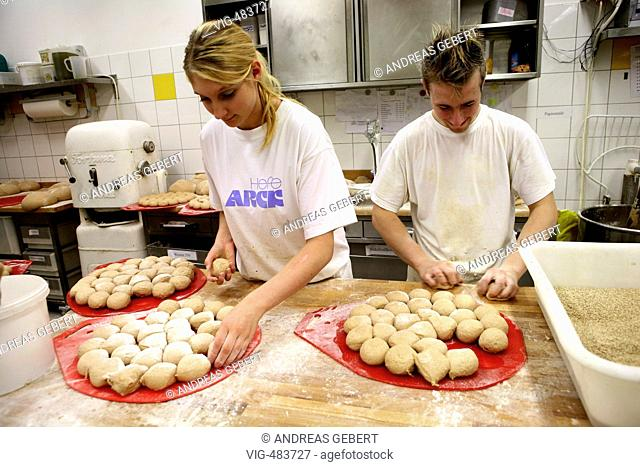 Germany, Hennef, 23.08.2007, Apprentices making bred at the DLS Vollkorn Mühlenbäckerei bakery. - HENNEF, GERMANY, 23/08/2007