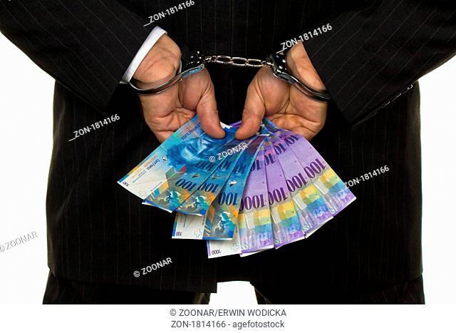 Manager mit Schweizer Franken Geldscheinen in der Hand