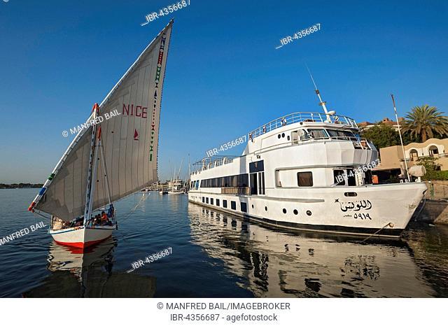 single-masted sailing boat, dhow, passenger ship on the Nile, Luxor, Egypt