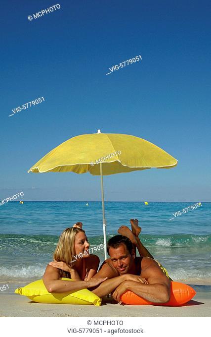 Paar liegt auf der Luftmatratze am Strand, Mittelmeer 2005 - Formentera, Balearen, Spain, 19/10/2005