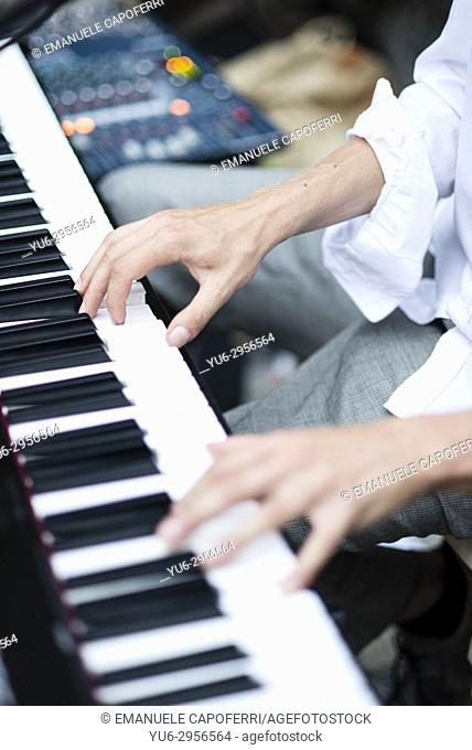 hands play electronic keyboard