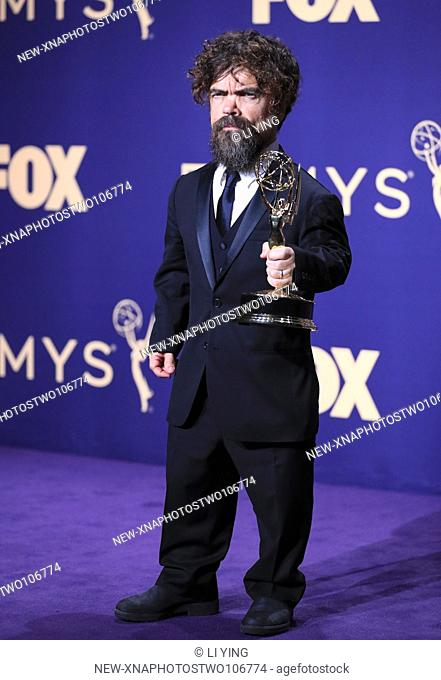 "(190923) -- LOS ANGELES, Sept. 23, 2019 (Xinhua) -- Actor Peter Dinklage poses with the award for outstanding supporting actor in a drama series for """"Game of..."
