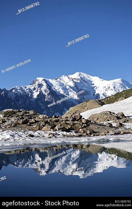 France, Haute-Savoie (74), Alps, Mont Blanc mountain range with Aiguille du midi (3842m)left, Mont Blanc du Tacul ( 4248m); Mont Maudit (4465m)