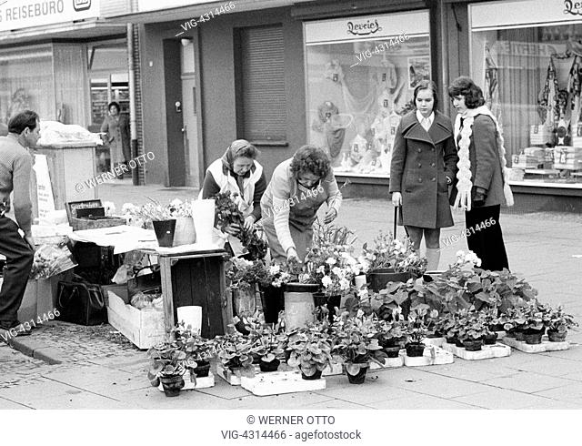 DEUTSCHLAND, DINSLAKEN, 31.12.1973, Seventies, black and white photo, weekly market, pedestrian mall, market stall, selling of flowers, flower sellers, women