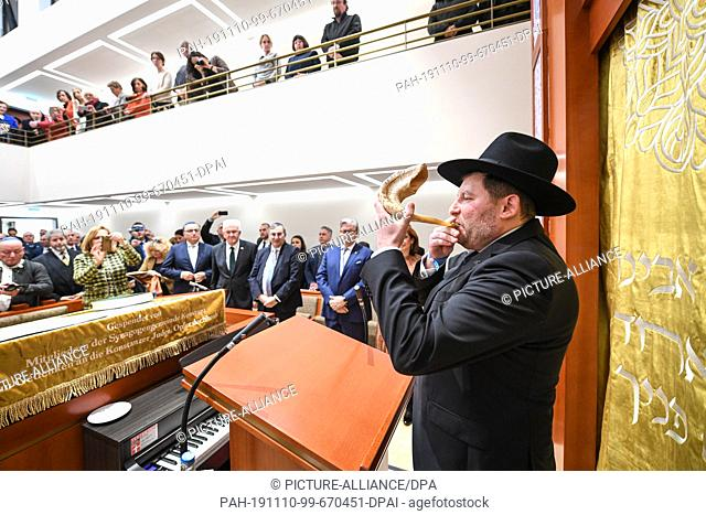 10 November 2019, Baden-Wuerttemberg, Konstanz: State Rabbi Moshe Flomenmann blows the so-called Schofar at the end of the opening of the synagogue