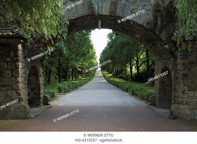 DEUTSCHLAND, DORTMUND, BRACKEL, 25.06.2009, D-Dortmund, Ruhr area, North Rhine-Westphalia, D-Dortmund-Brackel, main cemetery Dortmund, archway, tree-lined walk