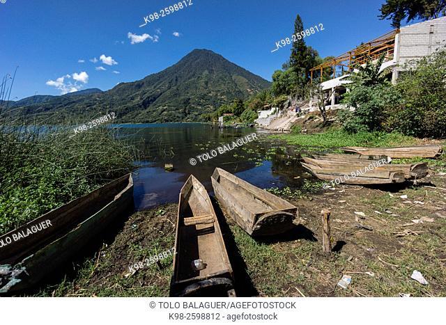 Cayucos varados frente al volcán San Pedro, suroeste de la caldera del lago de Atitlán , Santiago Atitlán. Tiene una altitud de 3