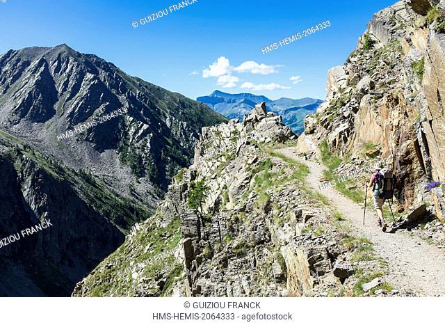 France, Alpes-Maritimes, Mercantour National Park, hiking to lake Rabuons on the Energie path