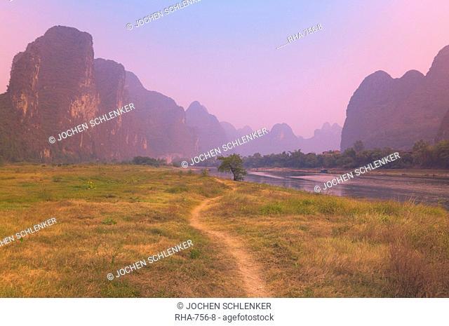 Footpath along the Li Jiang Li River, Guangxi Province, China, Asia