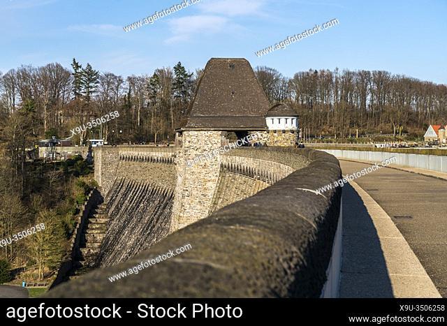 Sperrmauer der Möhnetalsperre in Möhnesee, Sauerland, Nordrhein-Westfalen, Deutschland | The dam of the Moehne reservoir, Moehnesee, Sauerland
