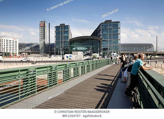 Gustav-Heinemann-Bruecke bridge in front of the main station, Spreebogen, bend of the Spree river, Mitte quarter, Berlin, Germany, Europe