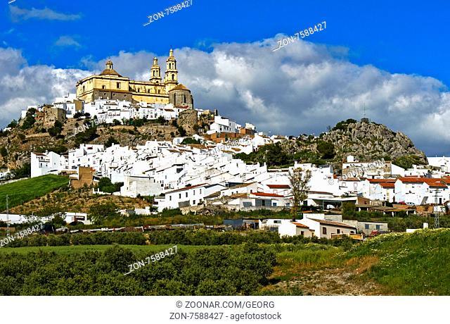 Die Kirche La Encarnación über der weissen Stadt, pueblo blanco, Olvera, Provinz Cádiz, Andalusien, Spanien / The parish church of Our Lady of the Incarnation