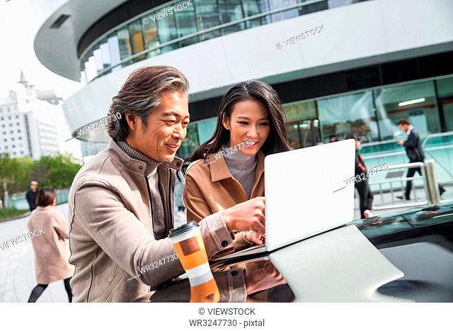 Business people use computers in the outdoor
