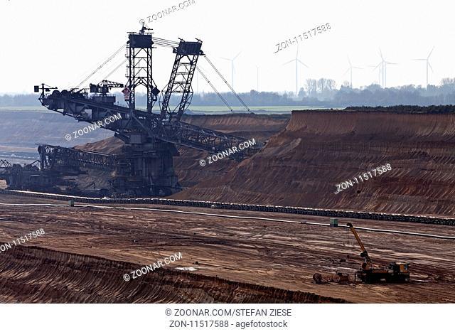 Braunkohletagebau mit Schaufelradbagger, Garzweiler, Juechen, Rheinisches Braunkohlerevier, Nordrhein-Westfalen, Deutschland, Europa