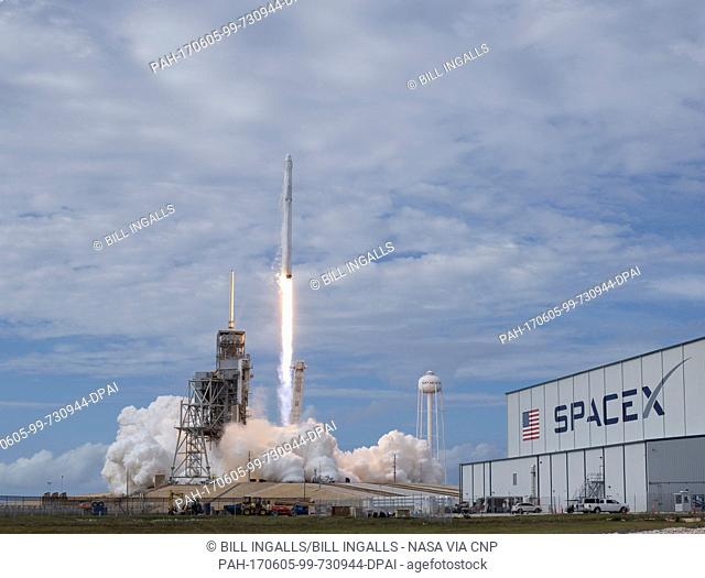 The SpaceX Falcon 9 rocket, with the Dragon spacecraft onboard, launches from pad 39A at NASA·s Kennedy Space Center in Cape Canaveral, Florida, Saturday