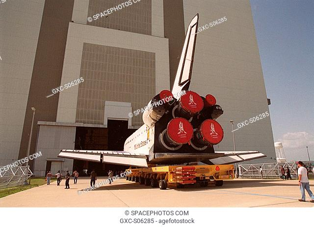 08/07/2000 -- The orbiter Atlantis heads toward the open door of the Vehicle Assembly Building VAB on the north side. In the VAB it will be lifted to vertical...