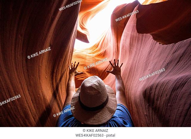 USA, Arizona, tourist in Lower Antilope Canyon