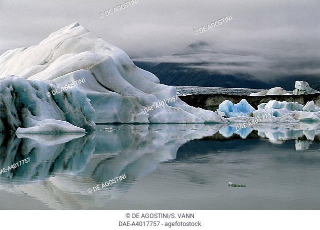 Iceberg lagoon formed by the Fjallsjokull Glacier (tongue of Vatna Glacier, Vatnajokull), Fjallsarlon, Austur-Skaftafellssysla, Iceland