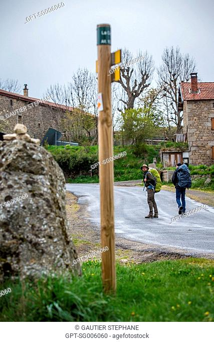 PILGRIMS ON THE WAY OF SAINT JAMES NEAR GREZES (43), HAUTE LOIRE, REGION AUVERGNE RHONE ALPES, FRANCE