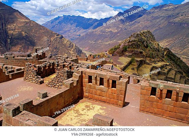 Buildings and visitors, Pisac ancient incan city, Incan Sacred Valley, Vilcabamba mountains, Cusco or Cuzco department, southern Peru, South America