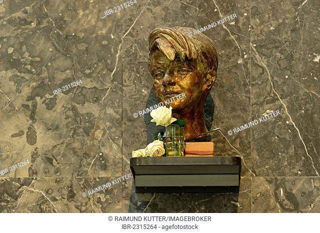 Bronze bust of Sophie Scholl by Nikolai Tregor, White Rose memorial, opponent of the Third Reich, Lichthof, atrium of the LMU, Ludwig Maximilian University