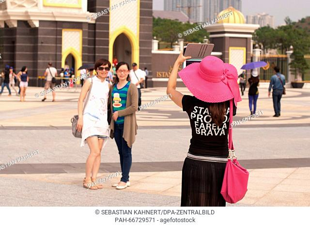 Tourists are taking pictures in front of the National Palace in Kuala Lumpur, Malaysia, on 19 October 2014. Photo: Sebastian Kahnert - NOWIRESERVICE - | usage...