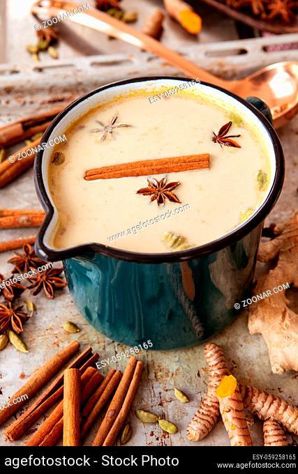 Ein Topf mit Chai Tee mit verschiedenen Gewuerzen