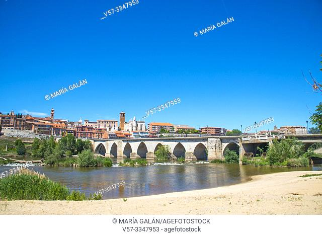 River Duero and overview of the town. Tordesillas, Valladolid province, Castilla Leon, Spain