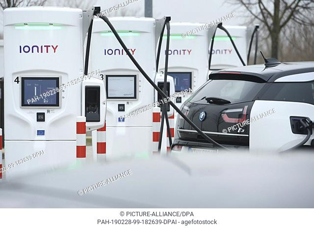 """28 February 2019, Mecklenburg-Western Pomerania, Jarmen: An electric car is refuelled with a CCS charging plug at the service area """"""""Demminer Land"""""""" on the A20"""