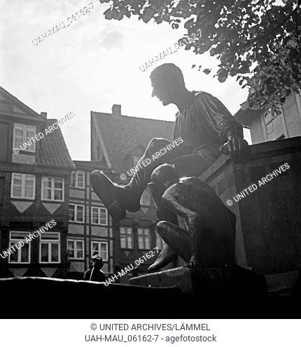Die Figur des Till am Eulenspiegel Brunnen am Bäckerklint in Braunschweig, Deutschland 1930er Jahre. The fool Till at the Eulenspiegel fountain in Baeckerklint...