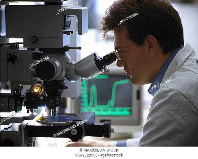 RESEARCHER AT A MICROSCOPE. EVALUATION WITH COMPUTER GRAPHIC REPRESENTATION. - 01/01/2010