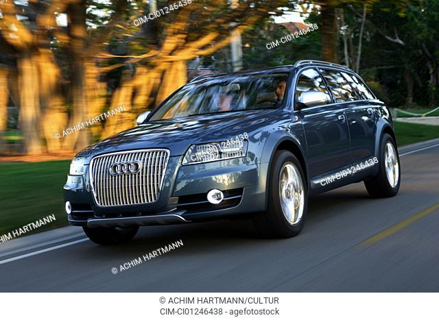 Car, Audi Allroad study of Detroit approx. show in 2005, upper middle-sized , model year 2005-, Limousine, driving, diagonal from the front, frontal view, City