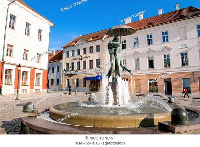 Statue of lovers (Suudlevad Tudengid), Town Hall Square (Raekoja Plats), Tartu, Estonia, Baltic States, Europe
