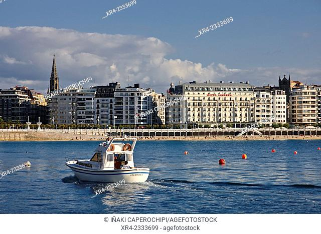 Yacht. Bahia de La Concha, Donostia (San Sebastian), Gipuzkoa, Basque Country, Spain