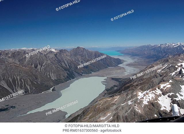 Look out of a helicopter on the Southern Alps with Lake Pukaki, South Island, New Zealand / Blick aus dem Helikopter auf die Southern Alps mit dem Lake Pukaki