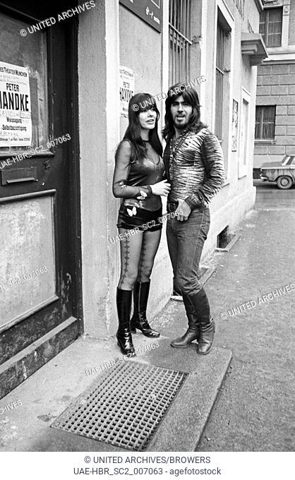 Die Sängerin Susan Aviles in München mit dem israelischen Sänger Abi Ofarm, Deutschland 1970er Jahre. Singer Susan Aviles at Munich with Israeli singer Abi...