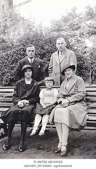 Zwei Paare und ein Kind posieren für den Fotogarfen auf einer Parkbank.Family resting from a walk on a bench. 1930er, 1930s, Sammlung Wittmann