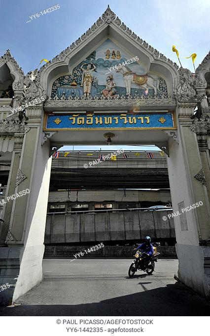 entrance to Wat Intharawihan, also known as Wat Indravihan , built during the later Ayutthaya period, is one of the most frequented temples in Bangkok, thailand