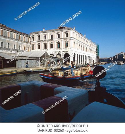 Prachtbauten am Canal Grande in der Lagunenstadt Venedig, Italien 1980er Jahre. Gorgeous buildings at the Canal Grande in the lagoon city Venice, Italy 1980s