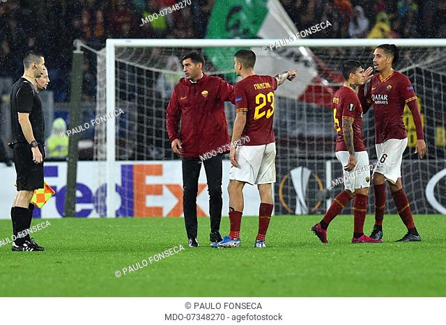 Roma football players and coach Paulo Fonseca protest with referee William Sean Collum at the end of the match during the match Roma-Borussia Monchengladbach in...