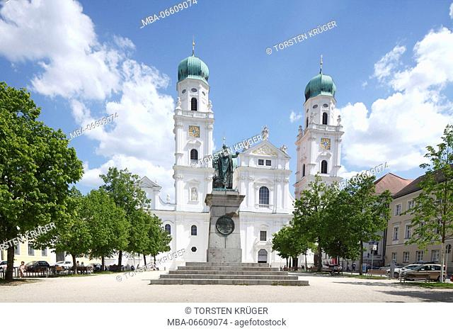 Domplatz (square) with St. Stephen's Cathedral, Old Town, Passau, Lower Bavaria, Bavaria, Germany, Europe