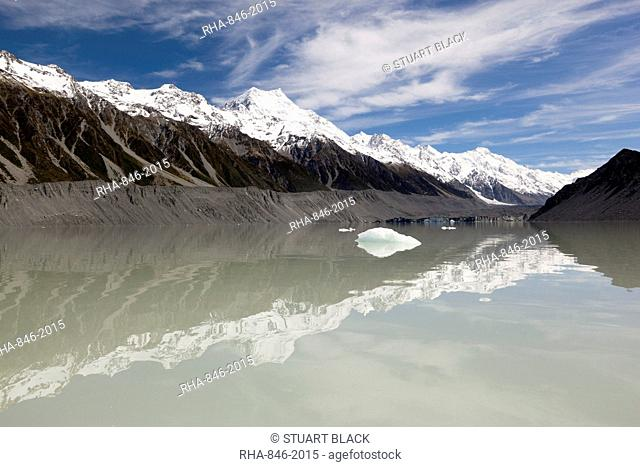Mount Cook and Southern Alps, Tasman Lake, Mount Cook National Park, UNESCO World Heritage Site, Canterbury region, South Island, New Zealand, Pacific
