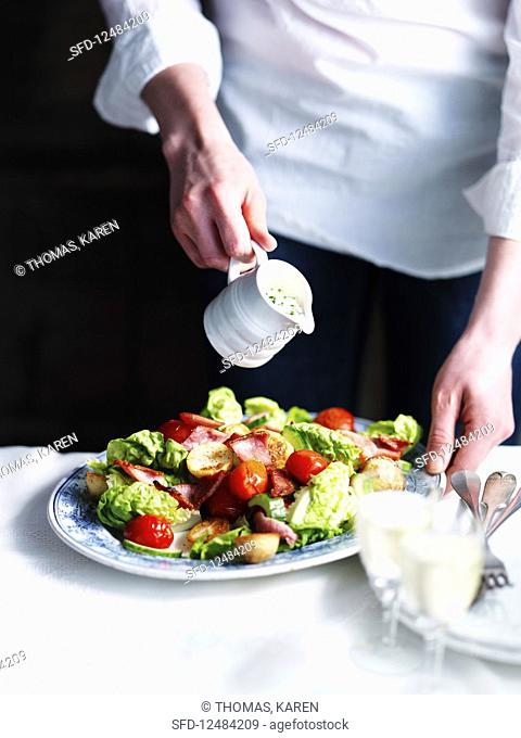 Lettuce with bacon, potatoes and tomatoes